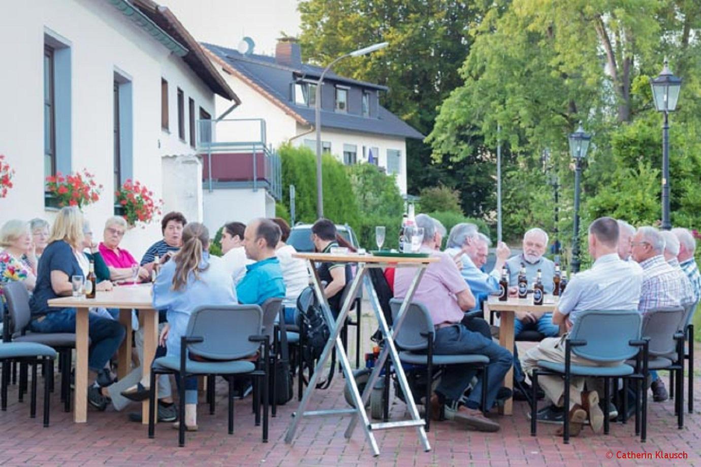 Viel los beim ersten Dorfstammtisch in Oberbachem